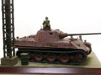 このヴィネットはほぼ完成した車体に塗装をほどこす段階で連合軍に攻め込まれ、そのままになった状態で発見された場面を想定しました。実際に発見したのはソ連兵士らしいのですが、ソ連の歩兵は適当なフィギュアがありませんでした。