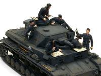 作戦を終了して凱旋してきた4号戦車にワインの差し入れをしています。 F型の4号戦車が生産された1941年当時は、ドイツ軍は連戦連勝でした。