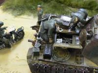 戦車兵1:おい、こりゃまずいぞ。戦車兵2:ああ。少尉殿(戦車長)はあせっておられるが、俺たちの手には負えないかもな… こちらの二人がこのダイオラマの主人公ですね。がんばってください。