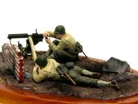 横から見た水冷機関銃チームです。機関銃と二人の兵士を完全な平面に納めるのは難しいのですが、逆に地面を調整して合わせてやることができるので、ヴィネットにするとちゃんと地面に収まりますね♪