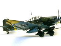 この機体の一番の特長は翼の下に付けられた2門の3.7cm砲です。地上では非力なドアノッカーも装甲の薄い上方からの攻撃では絶大な威力を発揮しました。
