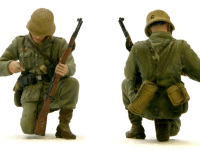 ライフルに弾を込める兵士です。珍しいポーズで、なかなかよくできています。