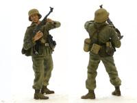 隊長に呼ばれて振り返っている兵士です。ちょっと変わったポーズがいいですね。
