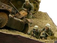 MG34機関銃を撃つ兵士です。空薬莢を捲こうかと思ったのですが、まだ敵が射程に入っていないと言うことで、捲きませんでした。決して手抜きじゃ…(+_+)\バキッ!