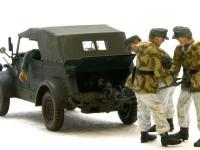 エンジンに付けられたアタッチメントから出力を取り出し、戦車の巨大なエンジンを回します。
