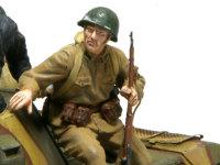 戦車長の近くにいる歩兵です。身を乗り出して、戦車長と何か話をしているという設定にしました。