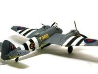 機体に描かれた大柄のストライプは、ノルマンディ上陸作戦の時に見方(連合軍)を識別するために描かれたインベージョン・ストライプと呼ばれる模様です。