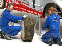 タイヤを外してサスペンションの調整をしているメカニックです。彼らの服はドライバーンに比べておしりや背中をたくさん汚してあります。