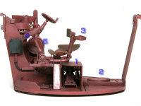 1.砲身から燃焼ガスを排気するためのコンプレッサー 2.圧搾空気を溜めるタンク 3.車長用足かけ 4.砲塔旋回微調節用ハンドルと発射レバー 5.砲の俯仰ハンドル