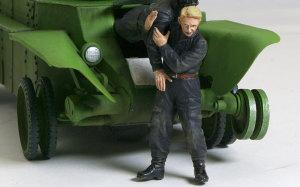 傷ついた運転手を助け出す戦車兵