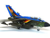 ただでさえ大きな垂直尾翼が、特別塗装のブルーでよく目立ちます。