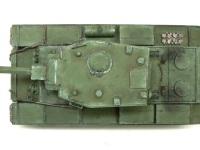 真上から見た写真です。大きな砲塔と太い主砲のため、真上から見るとスケールがわからなくなります。プロポーションだけからなら小さな戦車にみえますよね。でも予備の燃料タンクがT-34とかに比べるとすごく小さく見えます。