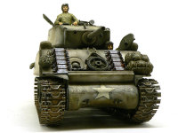 正面から見たM4A3E2ジャンボです。なかなか頼もしそうです。増加装甲で増した重みを支えるために履帯の幅が広げてあります。