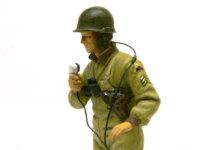 マイクで連絡を取るアメリカ戦車兵。ちょっとピンぼけですね。(T_T)腕のワッペンはモールドされているので塗りやすかったですね。脇に下げた拳銃のホルスターがいいでしょ。すごく精密にできています。ヘッドフォンのコードとマイクのコードは銅線です。
