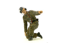 戦車長と標的の打ち合わせをしている砲撃手です。のばした人差し指を塗装の途中で3回も折ってしまいました。