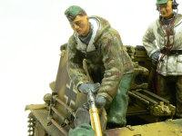 砲弾を受け取る兵士です。右手の手首の向きがすでに砲弾を両手で握っている状態になっているのでチョット変です。視線を合わせて目をかいたつもりが、ちょいと明後日の方向を向いてしまっています。