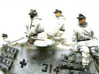 ドイツ戦車兵冬期仕様を斜め後ろから見てみました。フードが別パーツなので襟周りのモールドがしっかりとしています。