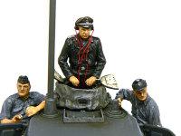 戦車長と装填手と砲手です。戦車長のマイクとヘッドフォンも自作です。砲塔内部はほぼインテリアが再現されており、その隙間をぬって3人の足が入っています。