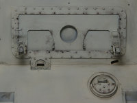 運転手、無線手席天井。大きなレバーを使ってハッチを開閉します。
