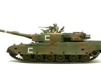 真横から見た90式戦車です。大きな平べったい車体と砲塔は現代のMTB(主力戦車)の特徴です。第二次世界大戦に比べると個性が少なくなりました。
