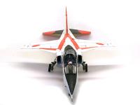 正面から見た T-2 CCV です。さすがに超音速機です。小さな翼が特長的ですね。