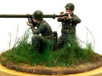2.36インチ ロケットランチャーチームです。いわゆるバズーカ砲ってやつです。成形炸薬弾を使い、厚い鋼板を打ち抜くことができるロケット砲です。歩兵たちの強い味方です。