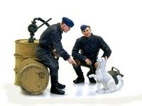 犬とさぼっている整備兵です。ドラム缶や工具箱はタミヤ製です。フィギュアは良い表情をしているのですが、眼までは描き込むことができません。