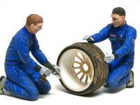 前から見たタイヤを外すメカニックたちです。タミヤのデカールは弱いので、凸凹の服のしわに合わせて貼り付けるのが大変でした。