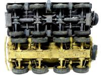 2台の8輪重装甲偵察車を真下から比べてみました。上のジャーマングレーの車体がSd.kfz.232で、下のダークイエローの車体がSd.kfz.234/3です。232はシャーシがフレーム構造のため複雑な動力伝達機構やサスペンション、操舵機構が丸見えです。一方234/3はモノコック構造のため複雑な機構はモノコックの内側に収まって見えません。234/3のほうが丈夫な感じを受けますよね。そしてタイヤの大きさの違いを見てください。ふた周りも大きなタイヤが付いています。