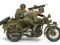 キットにはアーマーの土井スーパーバイザー原型のフィギュアが2体付いてきます。ポーズがすばらしく、疾走するバイクに乗る兵士を見事に現わしています。