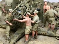 この3名は設置が終わった砲の調節をしている砲兵たちです。彼らは戦闘中は砲の操作を任される兵士たちです。