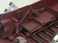 無線手席です。足下には白く塗られた脱出用ハッチが見えます。ここでも左右のショックアブソーバーの位置や角度が異なっています。