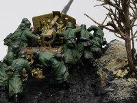 9人の砲兵が力を合わせて押しています。コートのしわなどはさすがレジンキットです。一発抜きながらとてもきれいにモールドされています。