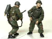左は火炎放射器を持っている兵士です。火炎放射器の燃料ホースは真鍮の針金で作りました。 右は軽機関銃を構えている兵士です。防弾の胸当ては銀でドライブラシをして金属の感じを出しました。