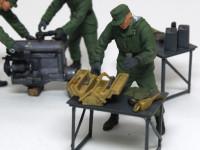 こちらの兵士は工具箱をあさっています。工具を探しているのでしょうが、こんなに中身が少ないのなら一目でわかるような・・・