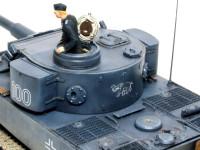 砲塔の両脇にゲペックカステンを搭載しているのは、この時のティーガーでもこの車輌だけです。砲塔の後ろが空いていますから、そこに部隊マークのマンモスの絵が描かれています。