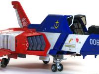 キャノピーは開閉式で、このように機体の中に引き込まれて開きます。機体はガンダムの胴体部分としてコアブロックに変形できるのですが、デカールの剥がれが怖くて変形させられません。
