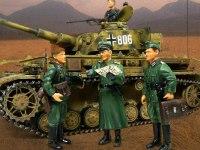 フィギュアだけでは寂しいので、4号戦車J型と並べてみました。フィギュアと戦車を並べると、戦車がどうしても大写しになるので、細部が見えて恥ずかしいですよね。(^^;)
