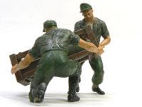 ホイレンデ・クーに付属のフィギュアです。ぐっと歯を食いしばって持ち上げています。しゃがんでいる兵士の靴の裏にスパイクを付けてみました。