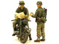 地図を見ているライダーに組み合わせたのが交通指示棒を持った憲兵です。ライダーのヘルメットにはゴーグルのバンドを付けてあります。これも鉛の薄板を細~く切って貼り付けました。