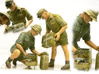 飯ごうに水を入れるアフリカ軍団兵士です。飯ごうといえば米を炊く物と思っていたのですが、ドイツ人は米は食べません。何を作るんでしょうね?アクセサリーのコンロはすごく良くできていますが、足だけ銅線で作り直しました。