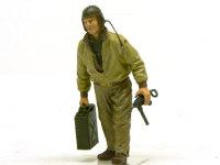 ジェリカンを運ぶアメリカ戦車兵です。口元がにやにやしているのは笑っているのではなく、たばこをくわえているからです。たばこは付け忘れました。ヘッドフォンのコードの先のジャックもちゃんと作りました。