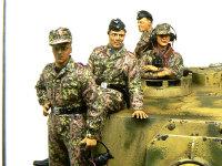 砲塔の上の4人です。一列に並んでいますが、これは通常の戦車用のフィギュアセットをエレファントに無理矢理合わせたためです。