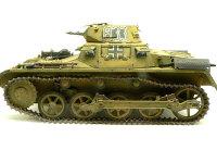 真横から見た1号戦車A初期型です。マジックトラック(履帯)がすこしよれています。キレイに作るのは難しいですね。
