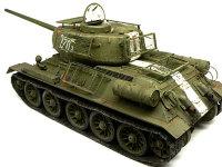 斜め後ろから見たT34/85戦車です。オプションでアベールのエッチングパーツのベッドスプリング装甲を付けました。それ以外は本当に素組みです。