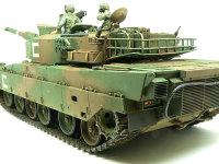 後ろから見た90式戦車です。排気管には四角いカバーがついているのですが、中の排気管は丸いらしく、丸く煤で汚れています。ストップライトやウインカーもついています。これで道路を走ってもOKですよね。(ホントカ?)
