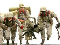 ハワ・ニエレレ特技曹長とヨシフ・ボロダエフ一等特技兵です。誘導弾のリジーナを操作するのは黒人のハワ・ニエレレ特技曹長。アンソニー・ノット一等特技兵はリジーナの装填係です。(たぶん)