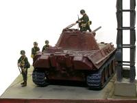 暗い工場の片隅が今回の舞台です。まだ一度も走ったことのないパンター戦車の履帯は、鈍い鋼鉄の色をしているだけです。こんな楽ちんな履帯の塗装はありませんでした。(オイオイ)