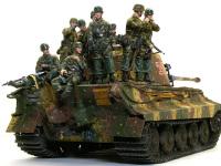 キットに付属する8人の降下猟兵たちです。これだけの人数になると、こちらが主役になってしまいますね。全員がスプリンター迷彩の戦闘服を着ているため、塗るのが大変でした。
