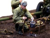 火にかけられた鍋をかき回す兵士です。薪で鍋を焚くと、焦げ焦げになるので、MIGピグメントで真っ黒にしてみました。